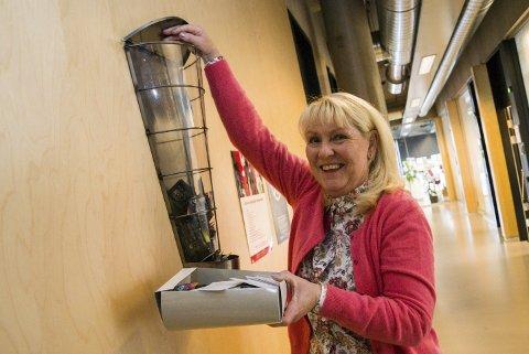 Fyller Opp: Helsesøster Live Schulstock på Thor Heyerdahl videregående skole fyller opp kondomautomaten.