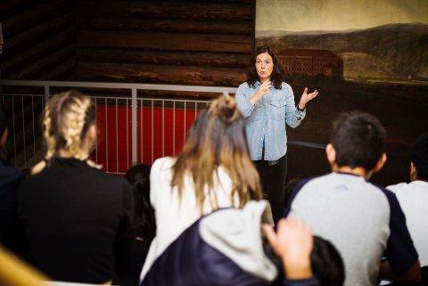 OMVISNING: Vestfoldjenta Ingunn Ims lærer en gruppe Oslo-elever om hvorfor de snakker som de gjør i hovedstaden.