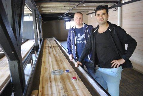 GOD BUTIKK: Zirek Suleyman (til høyre) er glad for nomineringen til Gaselle 2020. Han eier Barkaden sammen med Thore Skarsbø.