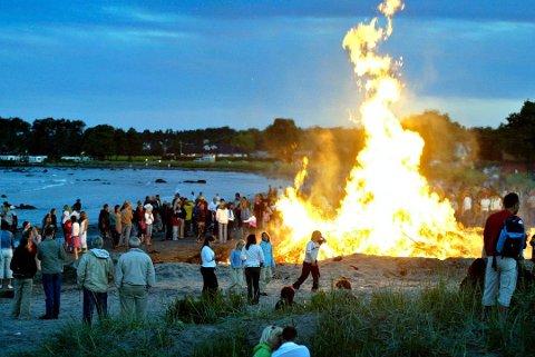 TRADISJON: Brannvesenet vil at alle skal ha en trivelig sankthansfeiring. Men de minner om noen viktige huskeregler i forbindelse med tenning av sankthansbål.