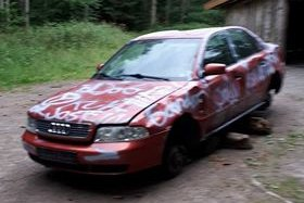 VET DU HVEM SOM EIER BILEN?: Den vrakede røde Audien står igjen etter lørdagens festligheter i Eventyrleieren. Hvem som eier den, og om de kommer tilbake for å hente den, er fortsatt uklart.