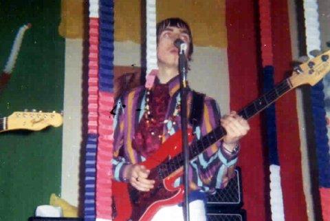 ENEMIES: – Her er et bilde av Jahn Teigen på scenen på Club Siss for 50 år siden sammen med The Enemies. Han spilte bass og sang. Tror dette er en av de første opptredenene de hadde i Tønsberg, den aller første opptreden på radio var i pausen på Ti i Skuddet 13.1.1967 på Tønsberg Gymnasium. Da spilte The Enemies i pausen, forklarer Frank Rune Gustavsen.