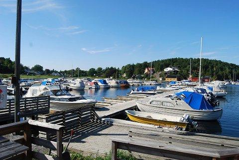 MÅ BETALE: Arås båthavn er et av flere steder hvor det blir innført parkeringsavgift.