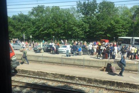 TOGSTANS: Fullt av folk på Skoppum stasjon.