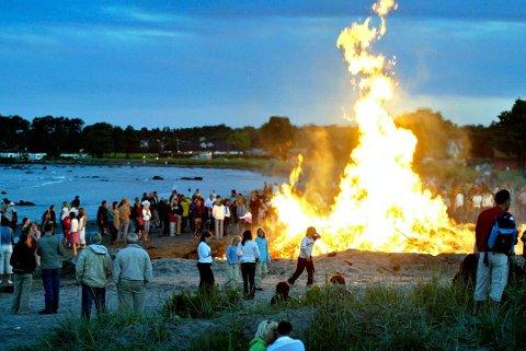 BÅL: Slik så det ut på Ringhaugstranda for noen år siden. I år kan sankthansbålet ryke. Foto: Svein-André Svendsen