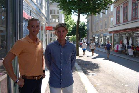 SLITER: William Corneliussen Vang og Lauritz Grinvoll jobber i Gant i Storgaten. – Lukta er helt jævlig, sier Laurtiz.