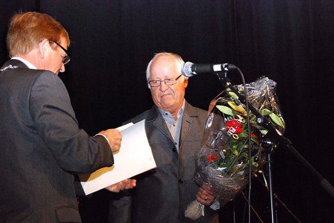 MÅTTE GÅ: Æresmedlem Finn Arne Isaksen fikk ikke være tilstede på klubbhusmøtet i fotballgruppa. Her får han Nøtterøy kommunes kulturpris i 2009 av ordfører Roar Jonstang.