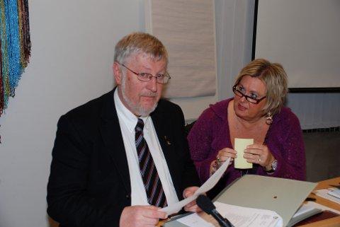 AVTALEN: Jeg kunne gått til sak, men uten politisk støtte fra fylkesordfører Per Eivind-Johansen, valgte jeg å takke ja til avtalen som arbeidsgiver nå har frigitt til mediene, skriver Vidar Thorbjørnsen. T.h. daværende fylkesrådmann Mette Bjune, som inngikk avtalen.