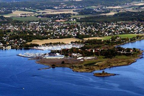 GIGANTISK RYDDEJOBB: Dette bildet er tatt etter at raffineriet på Vallø er revet og før ryddejobben startet i 2016. Til neste år skal alle spor av miljøgifter på området der raffineriet lå være fjernet. Ryddejobben har kostet Esso Norge 470 millioiner kroner.