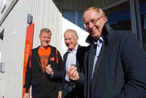 GLAD: Anders Pladsen i Kirkens Bymisjon (til venstre) er glad for at ordførerne i Re og Tønsberg, Thorvald Hillestad og Petter Berg (til høyre), øker bidraget til TV-aksjonen. – Jeg er også imponert over det kommunale apparatet rund innsamlingsaksjonen, sier Pladsen.