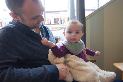 FORNØYDE MED FACEBOOK: Emily og pappa, Bjørn, er storfornøyde med den ferske Facebook-gruppa for pappaer i permisjon.