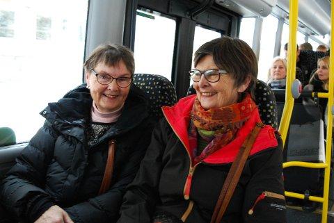 LIKER BUSSEN: Turid Molvig og Tone Arneson tar nesten alltid bussen når de skal til Tønsberg.