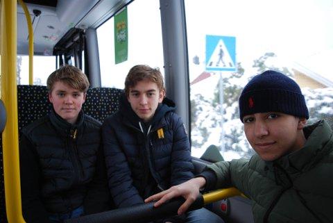 SENE BUSSER OG LADERHULL: Håvard, Theodor og Mohammed tar ofte bussen når de skal til venner eller til Tønsberg. De håper uansett at det kan komme flere sene bussavganger og at bussene kan få laderhull slik at man kan lade mobilen.
