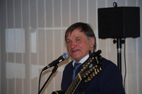 Hogne Kjærås er en veldig kjær og god underholder. Publikum sang med på sangene hans, og humret over hans gjennomgang av stedsnavn i Andebu og andre skråblikk.