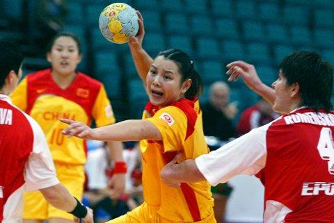 KINA KOMMER: Det kinesiske kvinnelandslaget i håndball kommer til Nøtterøy i sommer for å lære. Her fra en VM-kamp i 2005.