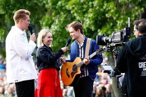 PÅ SCENEN: Vegard Harm og Christine Dancke var programledere sammen for første gang i fjor. Da spilte blant annet James TW under konserten på Rådhusplassen.