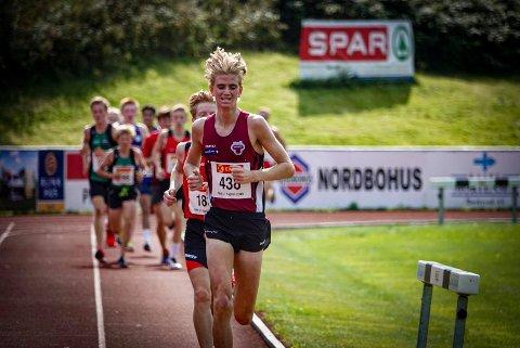 LEDET AN: Jonatan Andersen Vedvik fra TFIK forsvarte favorittstempelet på 5.000 meter i U20-klassen i Sigdal.