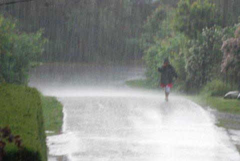 NEDBØR: Meteorologisk institutt melder om regnbyger og torden natt til torsdag. Og til helgen skal det øse ned.