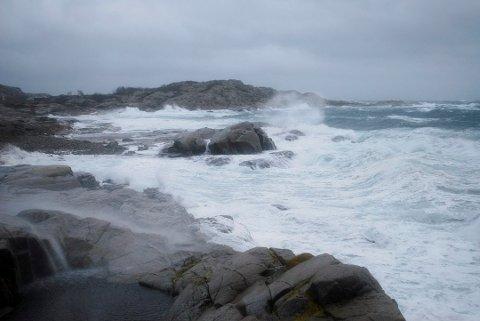 FAREVARSEL: Det er meldt sterk kuling og periodevis storm langs kysten mandag, med vindkast opp mot 30 m/s.