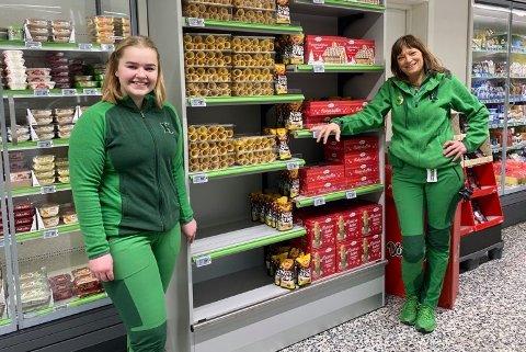 JULEKALENDER: Butikkmedarbeider, Susanne Granøe Takvam og daglig leder, Inger Lian, på Kiwi Råel har solgt mange julekalendere, men har flere på lager.