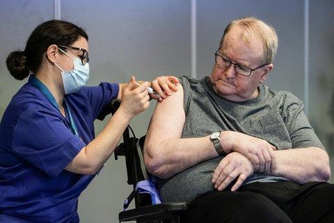 Sykepleier Maria Golding vaksinerer Svein Andersen (67) mot koronaviruset (Covid-19). Svein Andersen (67) beboer på Ellingsrudhjemmet var den første i Norge som fikk vaksinen.