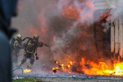 Her ser vi hva kombinasjonen kraftig brann og høyt trykk med vann kan gjøre, en nærmest eksplosjonsaktig reaksjon.
