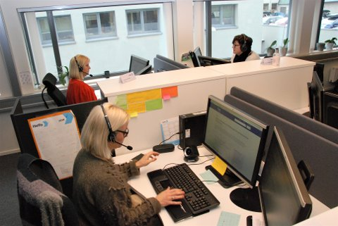 FLERE STILLER OPP: For å kunne svare alle henvendelser på informasjonstelefonen er det opptil 25 medarbeidere i hvert skift. Men flere ansatte i andre avdelinger i Helfo også valgt å stille opp for å hjelpe til.