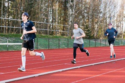 LØPETID: Tønsberg Vikings startet med barmarkstrening denne uken for å forberede neste hockeysesong. På Greveskogen idrettspark løp blant annet Martin Hovda (fra venstre), Adrian Rasmussen og Mathias Hovda intervaller.