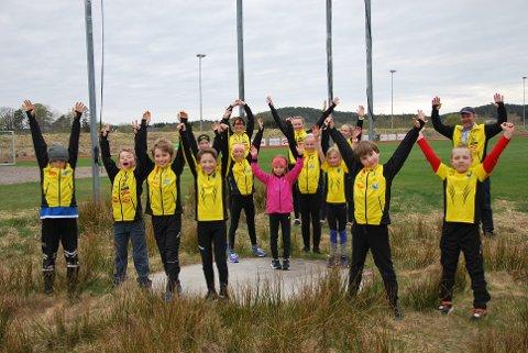 SÅ GLAD ER VI: Sems unge friidrettsutøvere er nok aller mest glade for å være i gang igjen. På bildet, i tilfeldig rekkefølge, befinner følgende seg: Nils Kristian Kaiser-Bøhn (11), Aksel Myrstad Olsen (10), Magnus Elverum (10), Benjamin Negård Rygg (11), Mia Michelle Schøne (12),  Nikoline Tuft-Lensberg (7), Majus Dubra (8), Marius Moskvil (8), Karoline Moskvil (10), Eva Sofia Nilsen-Wivestad (11), Johanna Tenden-Klevstuhl (7), trenerne Sara Therese Meland (17), Ane Bergsholm (17) og leder Bente Meland og kasserer Jan Helge Kaiser.