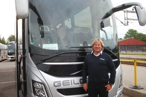 Trond Erik Johansen har kjørt buss i 45 år, men opplever sjeldent folk som er sure, selv i en tid med mye buss for tog. Han vet hva som skal til for å gjøre passasjerene blide.