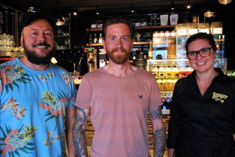 KLARE FOR ÅPNING: Andreas Holmen og Fredrik Gulbrandsen kan nå ønske velkommen til deres nye kafé.