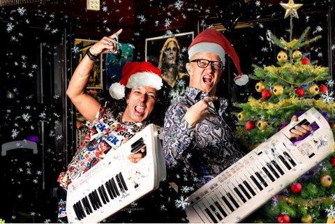 ALTERNATIVT JULEBORD: I år kan du nyte julebord-ribba- og akevitten, mens Glenn Main Henriksen og Kenneth Hartmann Dahl besørger underholdningen. Via skjerm.