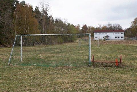 SKAL SELGES: Det store området rommer flere bygg, og også en fotballbane.