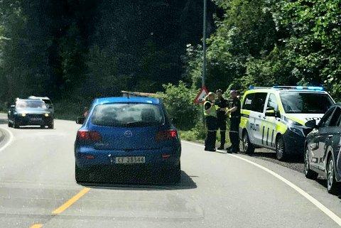 NØDETATENE PÅ PLASS: Trafikken kjører sakte forbi ulykkesstedet i Holmestrand.