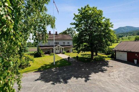 SÆRPREG: Skramstad Søndre som huser Totenvika galleri og kulturkafé i Steindalen i Totenvika er til salgs.
