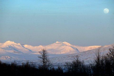 NEDKJØLTE: Politiet mener de to nedkjølte mennene har gått fra Sverige og til Norge over fjellet i området ved Sylan – med sekken full av narkotika.