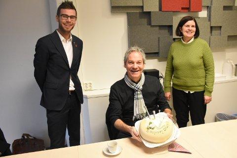 GLAD PRISVINNER: Tony Waade ble både overrasket og glad da han fikk høre at han ble tildelt kulturprisen for Verdal kommune i år. De som avslørte var ordfører Pål Sverre Filkse og kultursjef Ingvild Aasen.