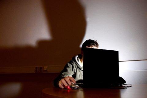 SJOKKERT: Politiets nettpatrulje fikk sjokk da de prøvde nettstedet Omegle for første gang. Mens de spilte en 14 år gammel jente ønsket en 27 år gammel mann å sende nakenbilder av seg selv. Dette er et illustrasjonsbilde.