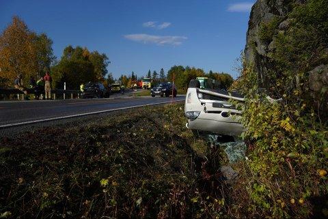 FØLGES OPP AV HELSE: To personer er kjørt til Namsos sykehus, en person får oppfølging hos legevakta i Snåsa etter ulykken på E6.