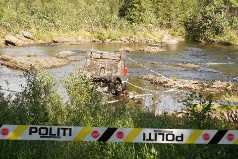 VOLDSOM ULYKKE:  Ved ulykken rett sør for Namsskogan sentrum tidlig i august fortsatte bilen mellom 60-70 meter fra den passerte autovernet til den ble bilen liggende opp-ned i elva. På grunn av helsetilstanden til bilfører er han ennå ikke formelt avhørt.