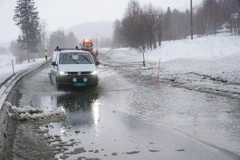RAS: E6 mellom Brekkvasselv og Namsskogan sentrum ble stengt av et sørperas torsdag morgen.