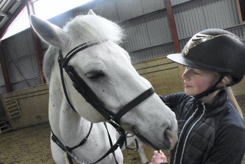 TID TIL OVERS: Nora Austheim Christensen (14) er ikke i tvil om at hestene blir godt tatt hånd om mens hun sitter i karantene. Vanligvis er hun i stallen hver dag. – Jeg har plutselig så mye tid til overs, ler 14-åringen, som her er på trening med den irske sportsponnien Aragon.