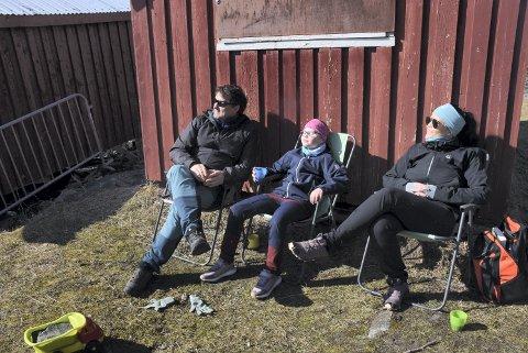 I SOLVEGGEN: Thomas Nessemo, Vilma (8) og Camilla Altø nøt den varme vårsola på Havfrua i Verdal lørdag formiddag.