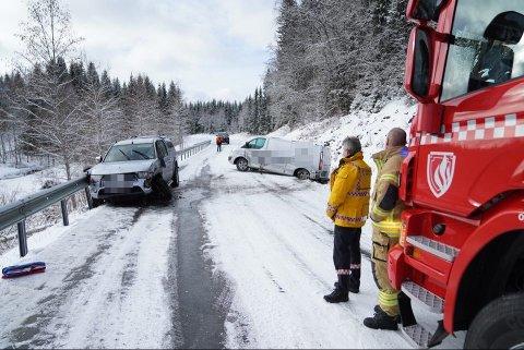 GLATT: Det er glatt på stedet ifølge politiet. Bilene kolliderte i Ogndalsvegen mellom Hyllbrua og Støa i Steinkjer.