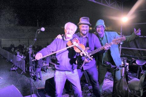 MELLOMSPILL: Møte på scenen etter at Vømmølbasen Trio har spilt ferdig. Hans Rotmo (t.v) gikk av. Lars Erik Fisknes spilte bass i begge band. Knut Sruppulvold (t.h) gikk på.