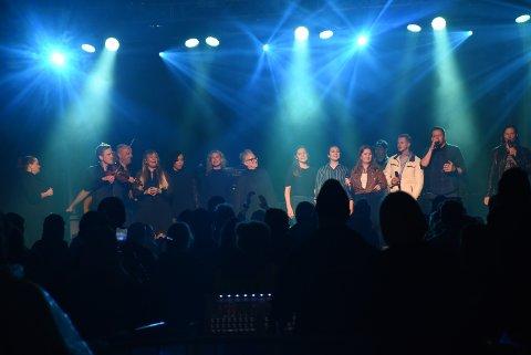 """ALLE PÅ SAMMEN: Etter at Svein Bjørge hadde dratt første vers av Coldplays """"Viva La Vida"""" kom alle solistene inn på scenen og sang med."""