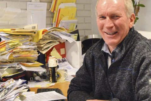 System i rotet: Skrivebordet til Lars Molleklev på Frivilligsentralen gjenspeiler hvor mange baller han har i lufta. Antakelig har han kommunal rekord i gule lapper!Foto: Mette Urdahl