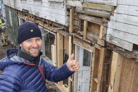 Omfattende jobb: Halvor Landsverk kjøpte Hovedgata 77 for to år siden, og har etterpå totalrestaurert bygården. Nå får han støtte fra Kulturminnefondet til å skifte ut taket.arkivfoto
