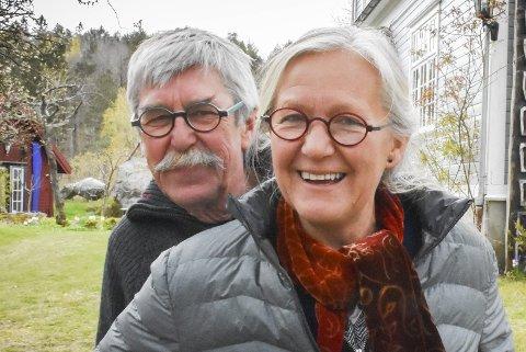 Vil ha utstilling: Sidsel Hanum og Arve Rønning håper mange kommer for å se utstillingen hos Borøy Kunsthandel i sommer, og satser på at gjestene har 1-metersregelen inne når de skal vandre rundt i utstillingslokalene.
