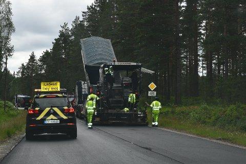 NCC har oppdrag med asfaltering for Agder fylkeskommune langs 415 i Åmli nå.